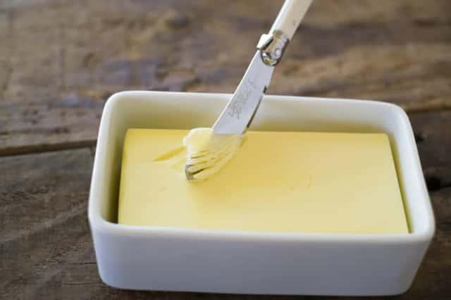 バターをナイフですくう様子
