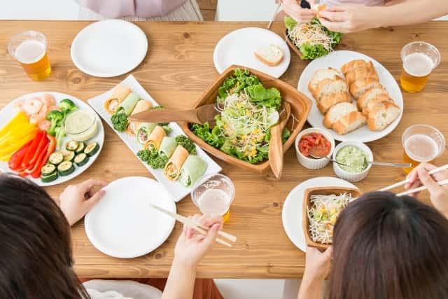 サラダのある食卓