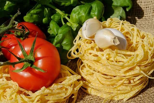 パスタの乾麺と野菜