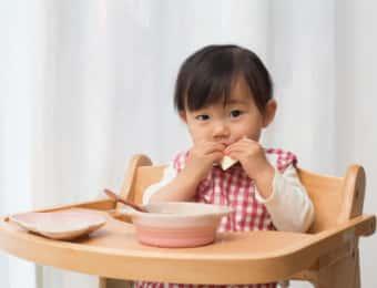 食事をする子供