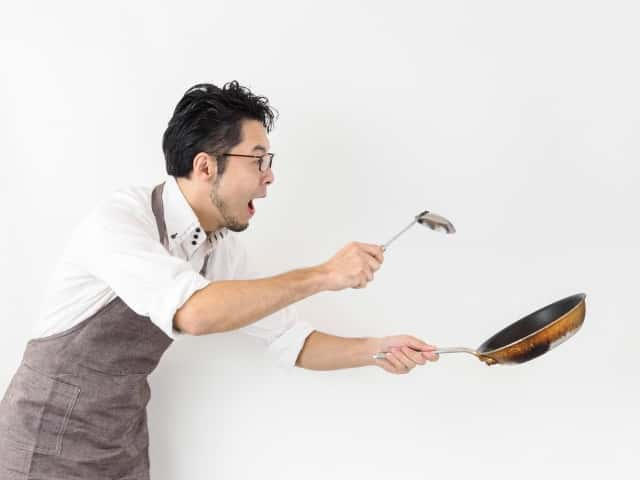 フライパンを使う男性