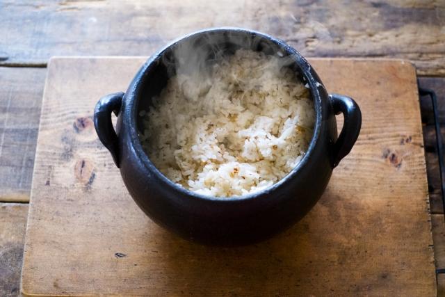 土鍋で米を炊くイメージ