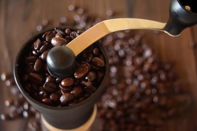 ミルでコーヒー豆を挽く様子