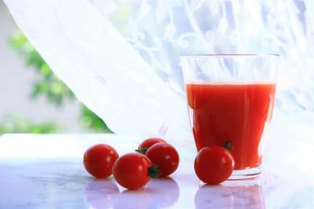 ジューサーとトマトジュース