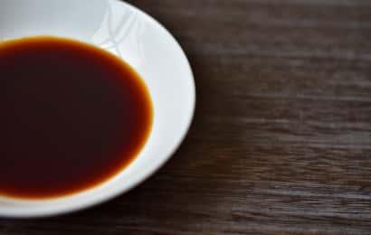 白い小皿に入れた醤油