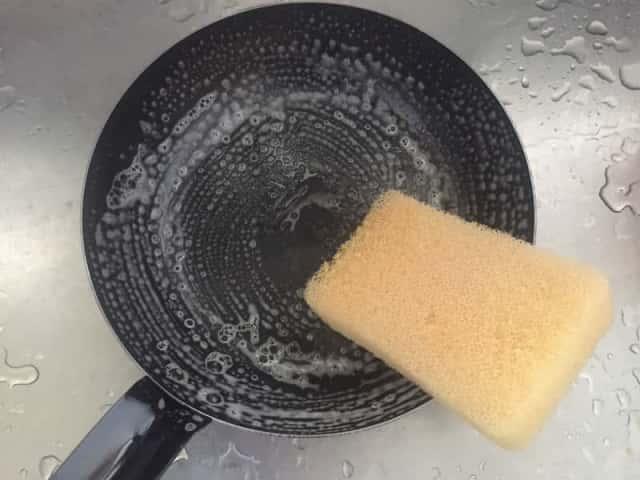 洗っている鉄フライパン