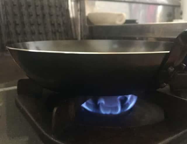 火にかけた鉄フライパン