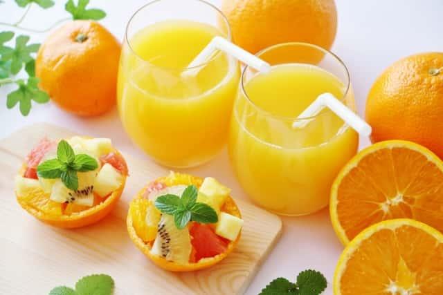 オレンジジュースとフルーツ盛り