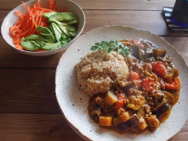 一人暮らしの食卓。ナスとトマトの玄米カレー
