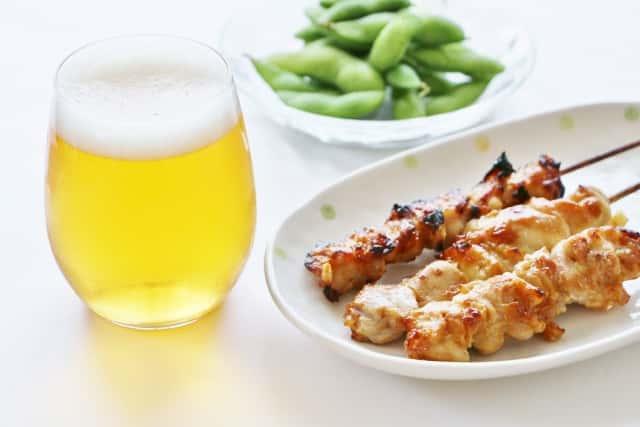 ビール・焼き鳥・枝豆、背景白