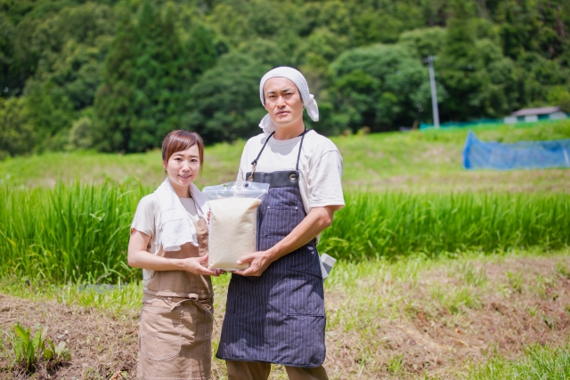 お米を持つ農家